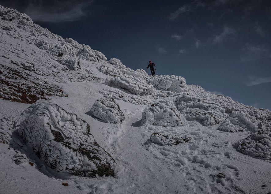 Ein Wanderer läuft über die schneebedeckten Hänge des Asahi-dake. Im Nationalpark fallen jedes Jahr im Winter an die 14 Meter Schnee, weshalb er ein ideales Ziel für Wintersportler ist.