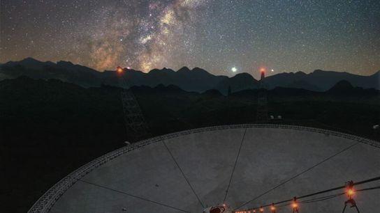 Im April trug Chinas Radioteleskop FAST (Spherical Aperture Telescope) dazu dabei, die Eigenschaften des Magnetars SGR ...