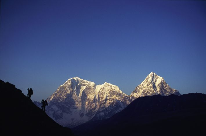 Wanderer auf dem Weg Richtung Mount-Everest-Basislager