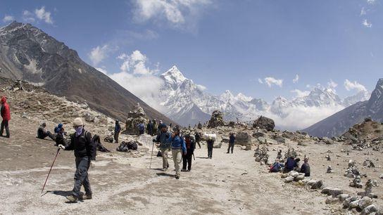Sherpas und Wanderer auf Thokla Pass