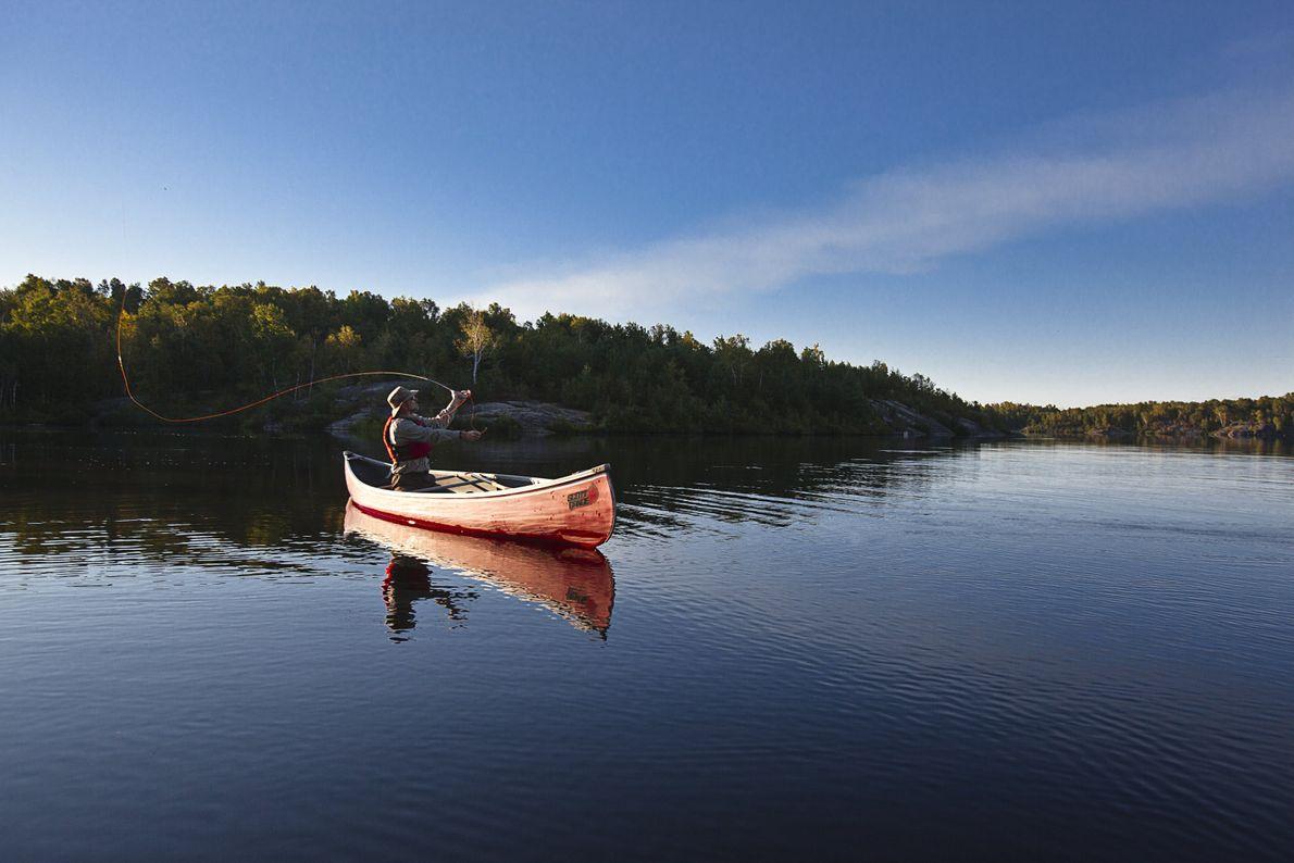 Auf den ruhigen Wasserwegen können sich Besucher Zeit zum Fliegenfischen nehmen.