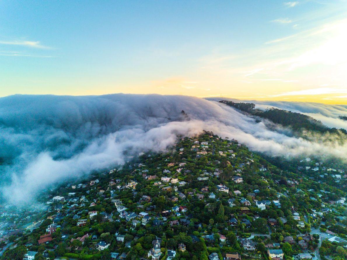 Die kalifornische Küstenstadt Sausalito wird von einer Nebelwand überrollt.