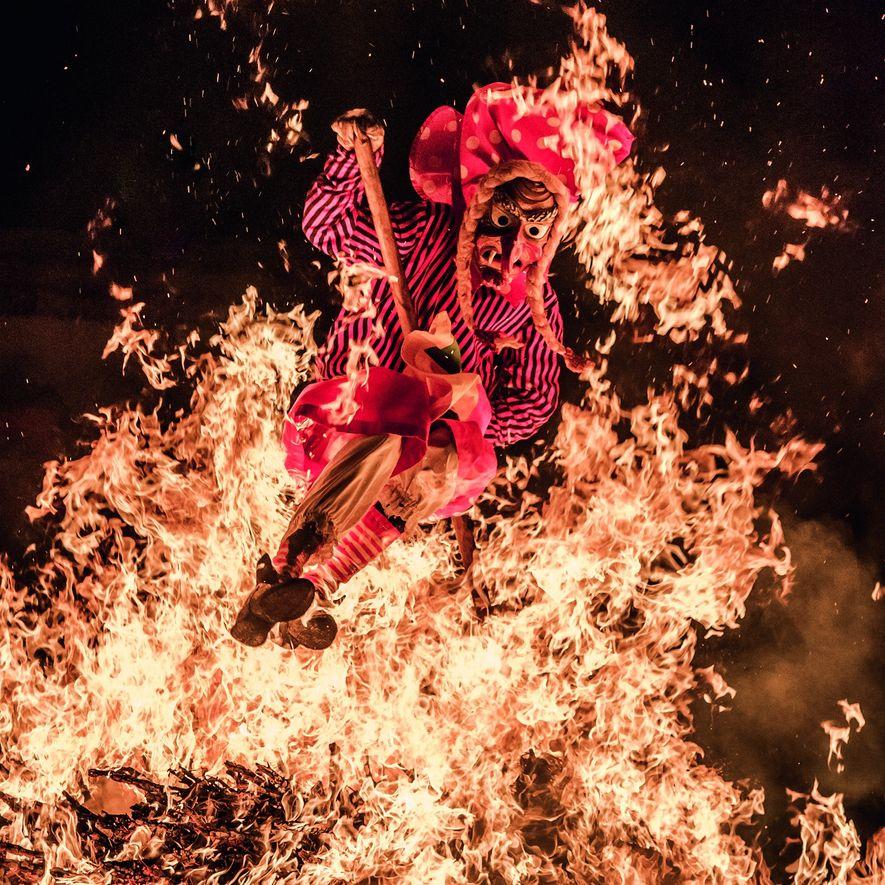 """1. Platz """"Feuersprung"""": """"Das Highlight der Alemannischen Fastnacht in Donaueschingen ist der Feuersprung der Schellenberghexen: Man ..."""