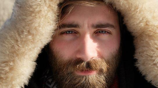 Mann mit Bart und Pelzmütze