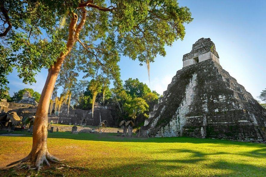 Der Tempel des Großen Jaguars in Tikal, Guatemala. Die Pyramiden dieses UNESCO-Welterbes erheben sich aus dem ...