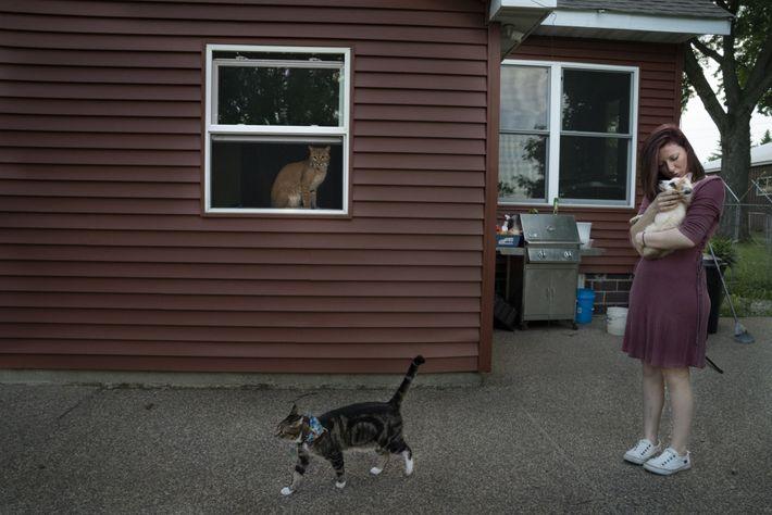 Die freiwillige Helferin Kellie Kruse hält einen Fuchs namens Artemis im Arm, während die Katze Schitzy ...
