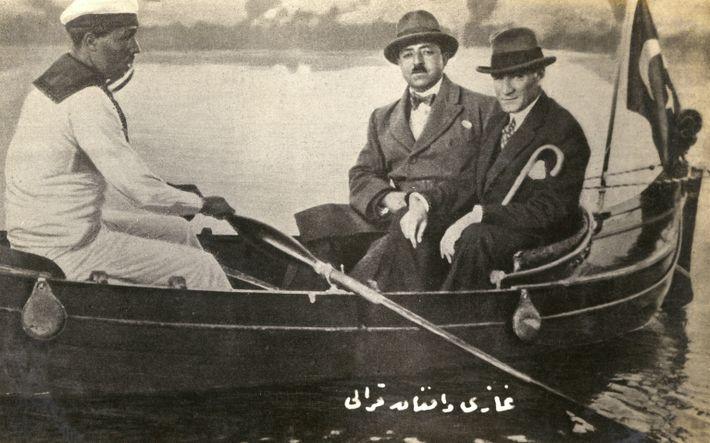 Amanullah Khan, König von Afghanistan (Mitte), macht 1928 einen Bootsausflug mit dem damaligen türkischen Präsidenten Mustafa ...