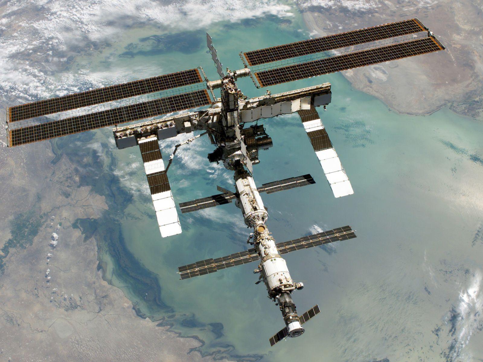 Die ISS über dem Kaspischen Meer. Das Bild wurde im August 2005 von einem Crew-Mitglied aus ...