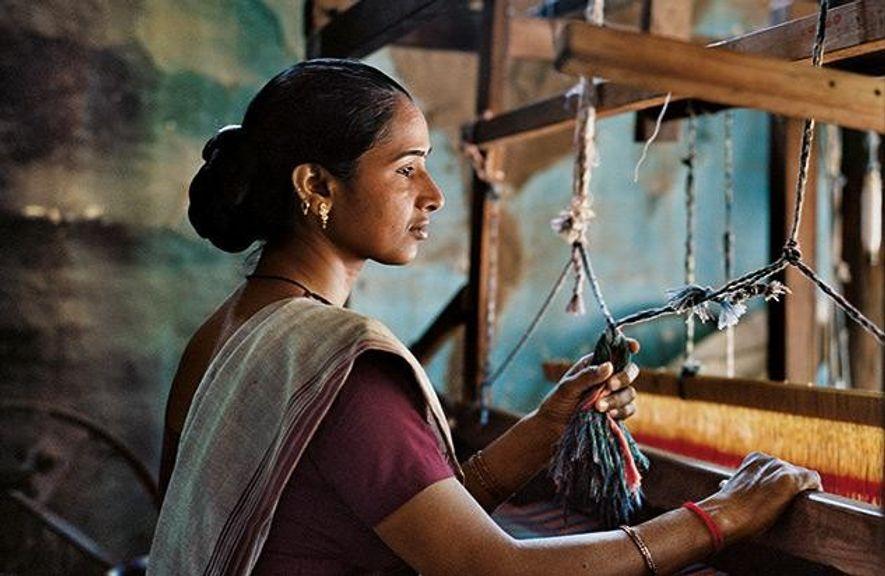 Geeta Bhen muss nicht mehr auf dem Feld arbeiten, sie webt jetzt Saris für eine Frauenkooperative ...