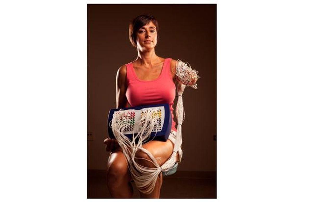 Wenn Amanda Kitts Bewegungen denkt, stimulieren die Nerven in ihrem Armstumpf Dutzende von angeschlossenen Sensoren. Die …