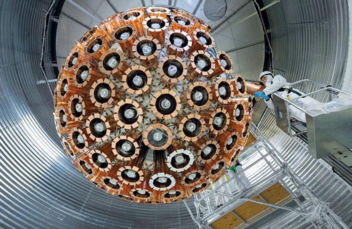 """""""DEAP-3600"""" ist das bislang empfindlichste Messinstrument zum Aufspüren Dunkler Materie. Es wurde 2014 in einem Bergwerk …"""