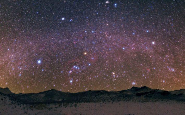 Geminiden-Meteore jagen über den Himmel über dem Zāgros-Gebirge, das durch den Iran, den Irak und durch ...