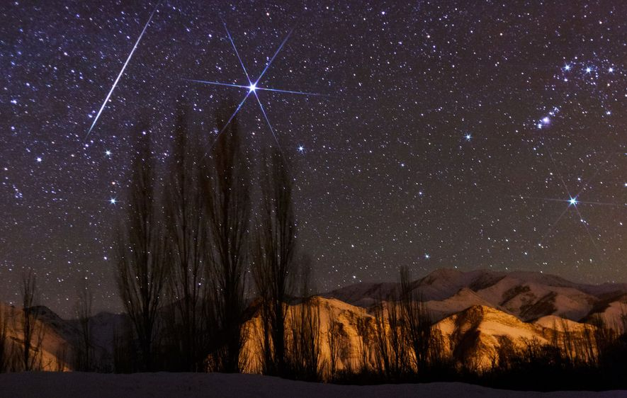 Während der jährlichen Geminiden zieht eine helle Sternschnuppe über den Himmel.