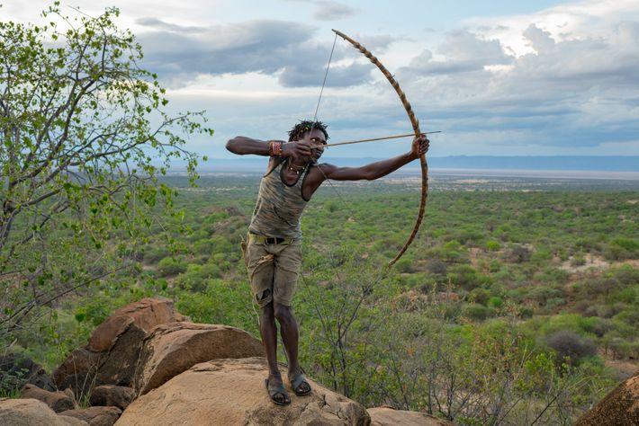 Die Jäger und Sammler der Hadza aus Tansania, denen auch Ondoshi Stephano angehört, gehören zu den ...