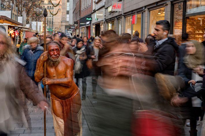 Auch heute noch sind Neandertaler sprichwörtlich unter uns. In Düsseldorf zieht eine Skulptur des nahegelegenen Neanderthal ...