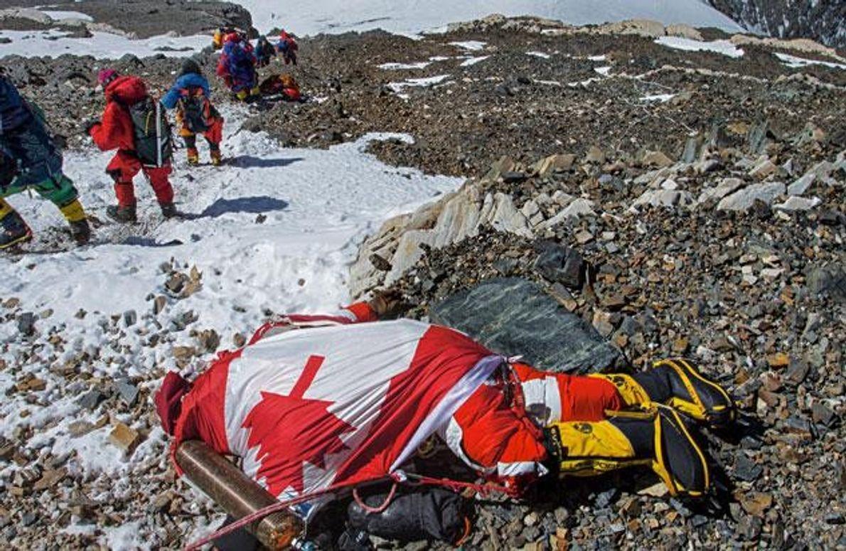 Eine Seilschaft passiert die Leiche von Shriya Shah-Klorfine. Die 33-jährige Nepal-Kanadierin starb am 19. Mai 2012, …