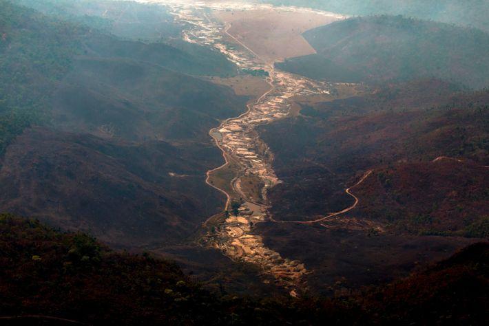 Die Luftaufnahme eines illegalen Goldminen-Camps, auch Garimpo genannt. Brasilien. Amazonas.