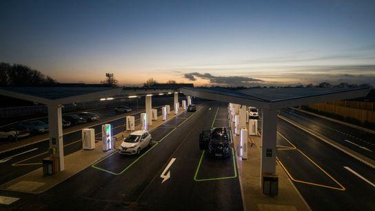 Elektroautos werden an einer neuen Ladestation in Braintree, England, aufgeladen.