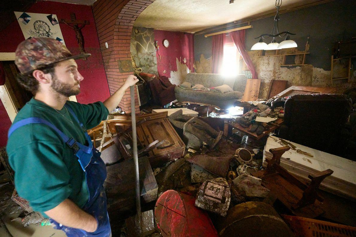Ein Mann in Ahrweiler, Rheinland-Pfalz, betrachtet den Schaden, den das Hochwasser in seinem Haus angerichtet hat.