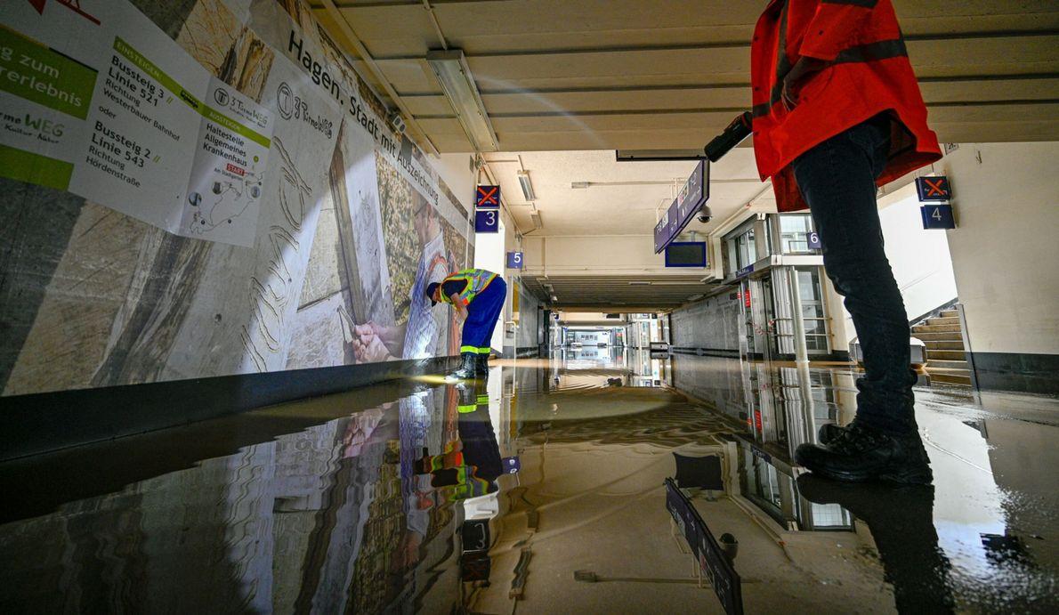 Ein Mitarbeiter des THW bei der Arbeit in der überfluteten Unterführung einer Bahnstation.