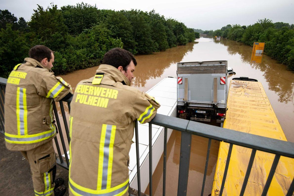 Lastwagen bei Erfstadt, nachdem sie von den Fluten mitgerissen und auf der Straße aneinandergeschoben wurden.
