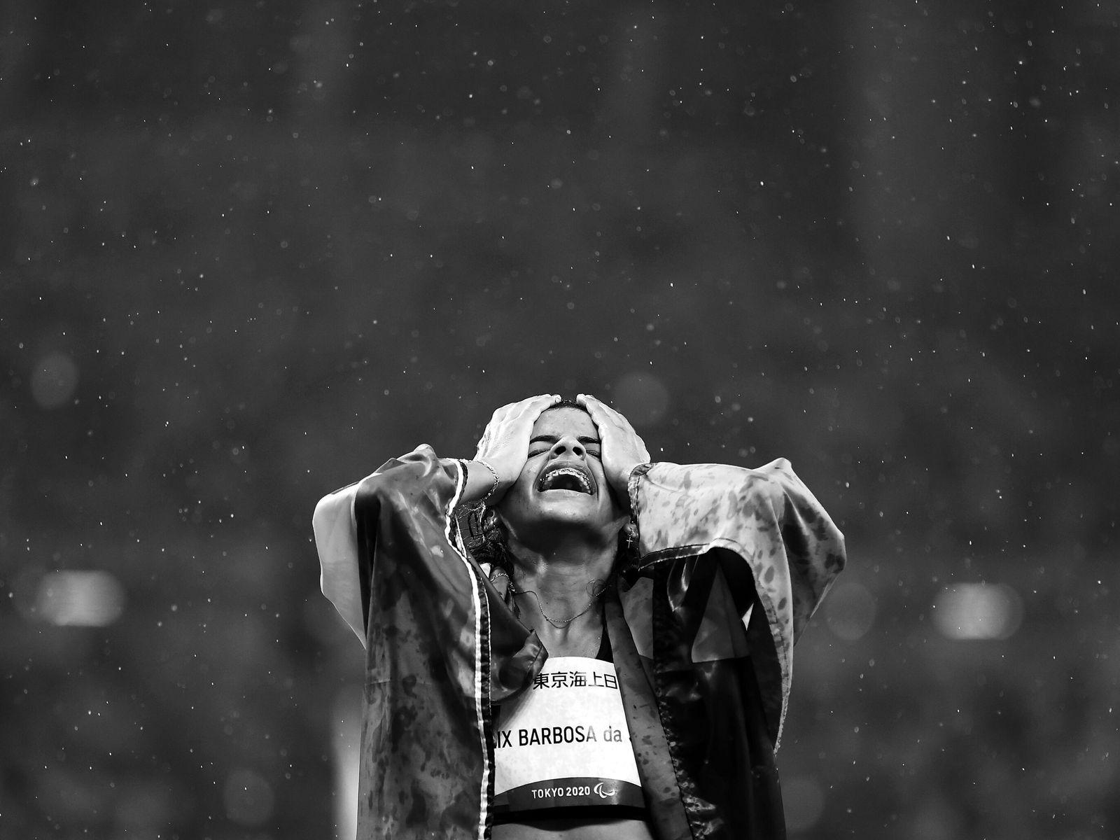 Die Brasilianerin Jardenia Felix Barbosa da Silva feiert den Sieg ihrer Bronzemedaille nach dem 400m, T20-Rennen ...
