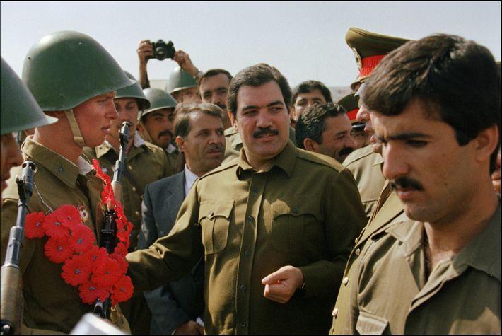 Der damalige afghanische Präsident Mohammed Nadschibullāh (Mitte) bei der Auszeichnung sowjetischer Soldaten im Jahr 1986.