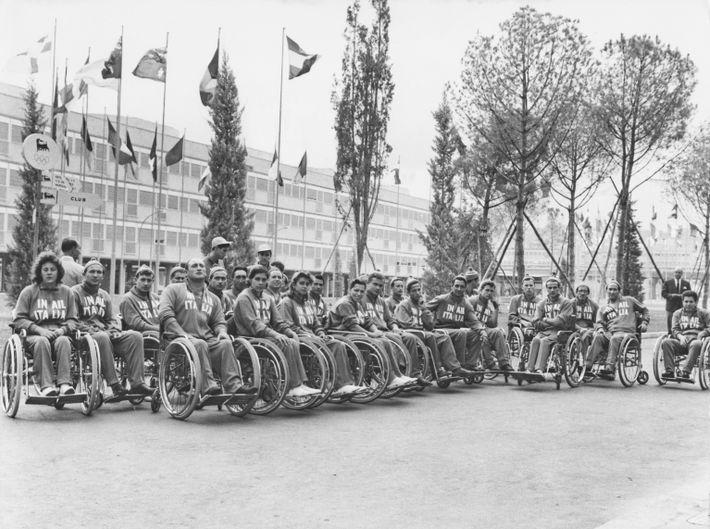 Das italienische Team versammelt sich vor Beginn der ersten internationalen Paralympischen Spiele im Jahr 1960 in ...