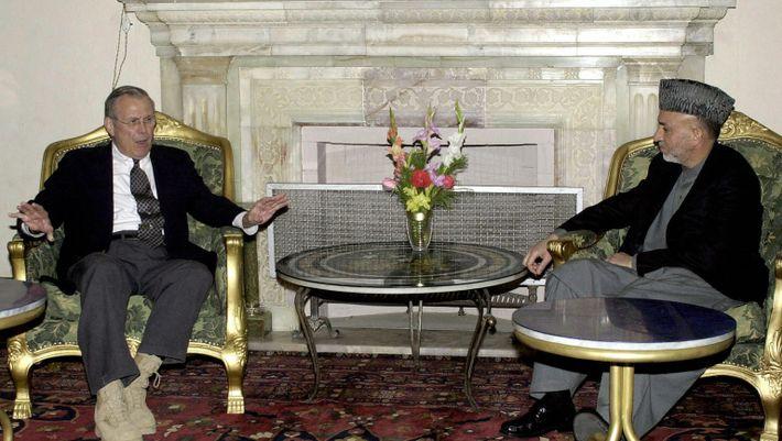 Der damalige US-Verteidigungsminister Donald Rumsfeld (links) trifft im Jahr 2004 im Präsidentenpalast in Kabul den afghanischen ...