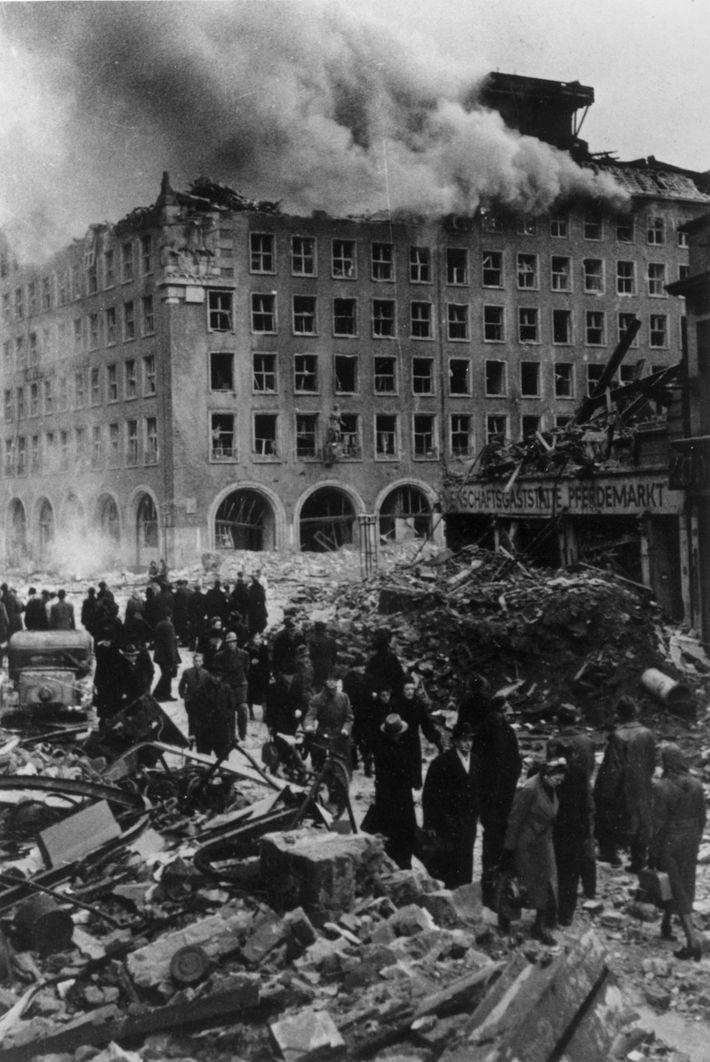 In Vorbereitung auf die Hamburger Luftangriffe hatten die Alliierten die Bauweise deutscher Häuser recherchiert, um sicherzugehen, ...