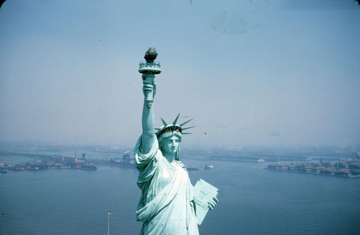 Die Freiheitsstatue thront im Januar 1942 über dem nebligen Manhattan.