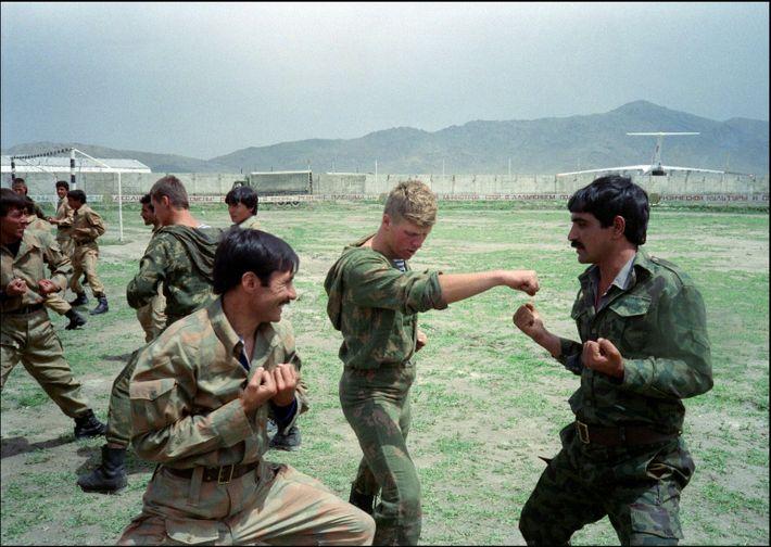 Fallschirmjäger der Roten Armee trainieren im Jahr 1988 afghanische Soldaten im Nahkampf am Flughafen von Kabul.