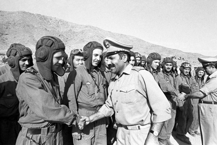 Sowjetische und afghanische Soldaten begrüßen einander im Jahr 1980.