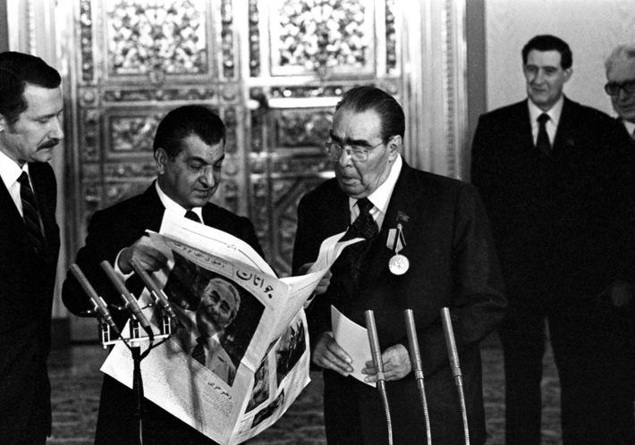 Der damalige Generalsekretär der Kommunistischen Partei der Sowjetunion, Leonid Breschnew (rechts), feiert 1981 im Kreml seinen ...