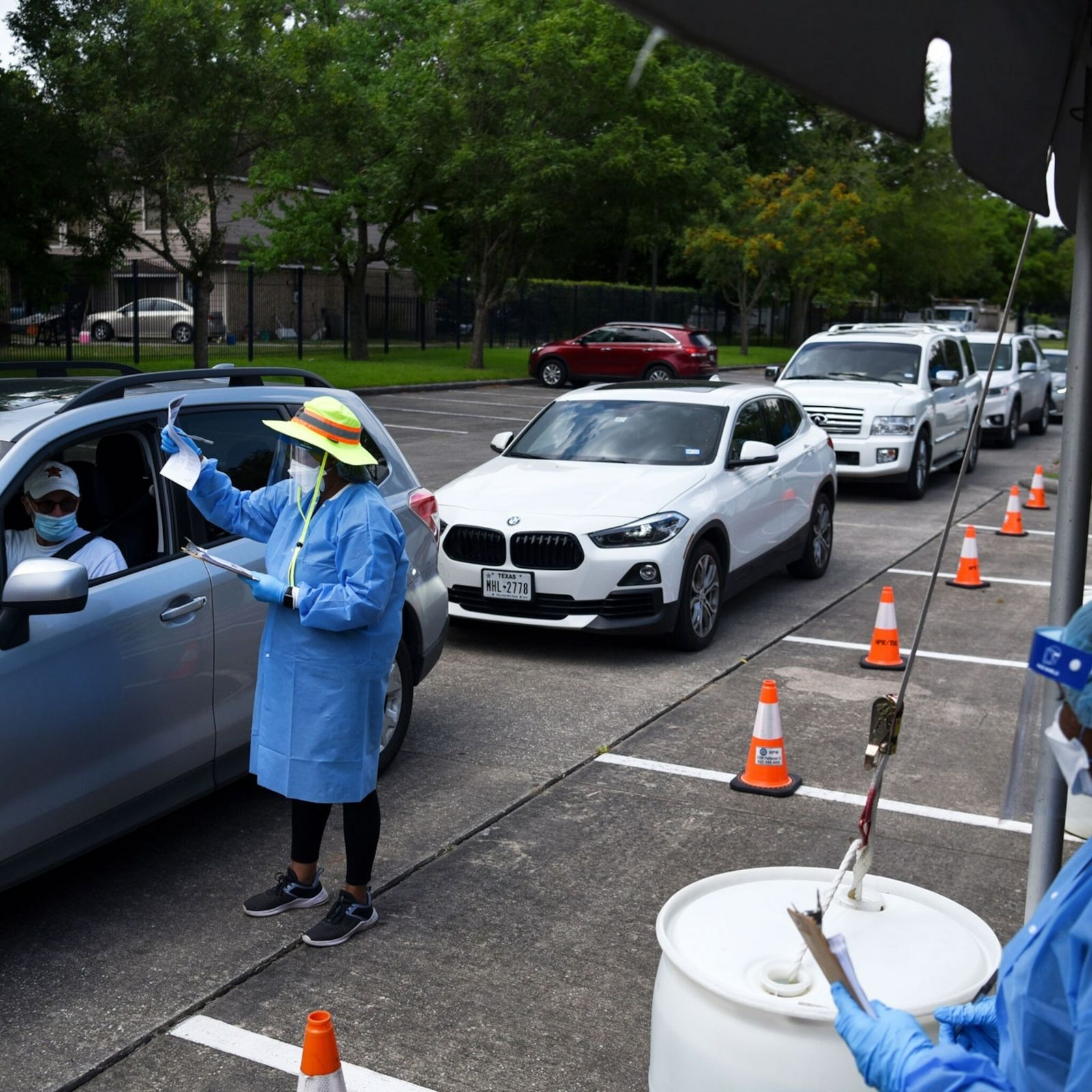 Mitarbeitende einer COVID-19-Teststation in Houston, Texas verteilen Selbsttests.