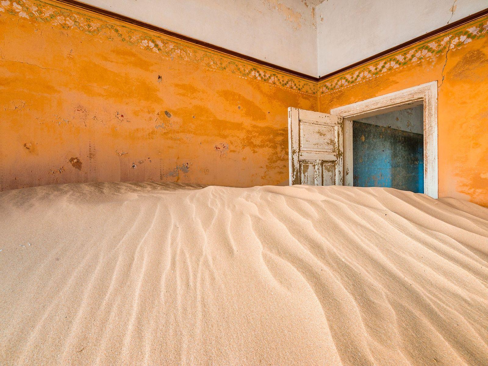 KOLMANNSKUPPE, NAMIBIA Inmitten der sandigen Dünen der Namib wurde Kolmannskuppe (auch Kolmanskop) für die Arbeiter einer Diamantenmine ...