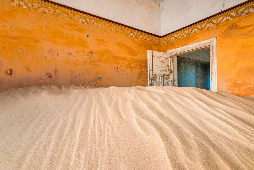 KOLMANNSKUPPE, NAMIBIA  Inmitten der sandigen Dünen der Namib wurde Kolmannskuppe (auch Kolmanskop) für die Arbeiter ...