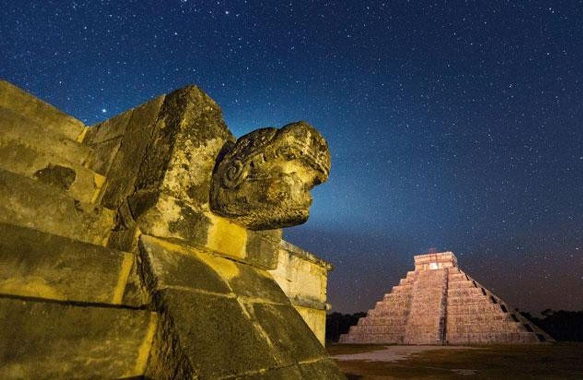 Die Pyramide des Kukulkán und eine mit dem Kopf einer gefiederten Schlange geschmückte Plattform zeugen von …