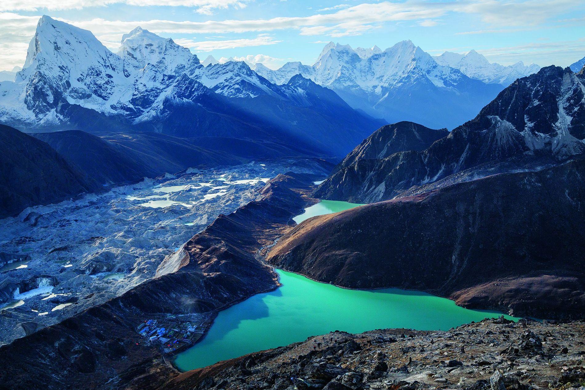 Das nepalesische Dorf Gokyo liegt versteckt am Ufer eines Sees, der zum Teil vom Ngozumba-Gletscher gespeist ...