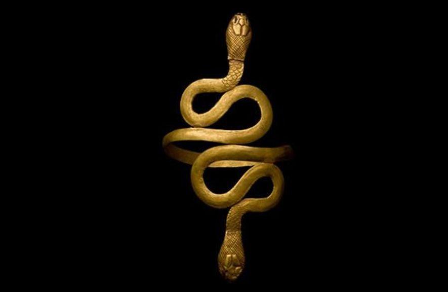 Ägyptischer Goldarmreif, etwa aus der Zeit Kleopatras. Die beiden gewundenen Schlangen sind Symbol für Schutz und …