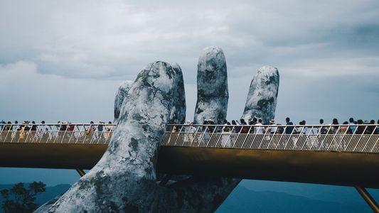 """Riesige Hände halten Vietnams """"Goldbrücke"""""""