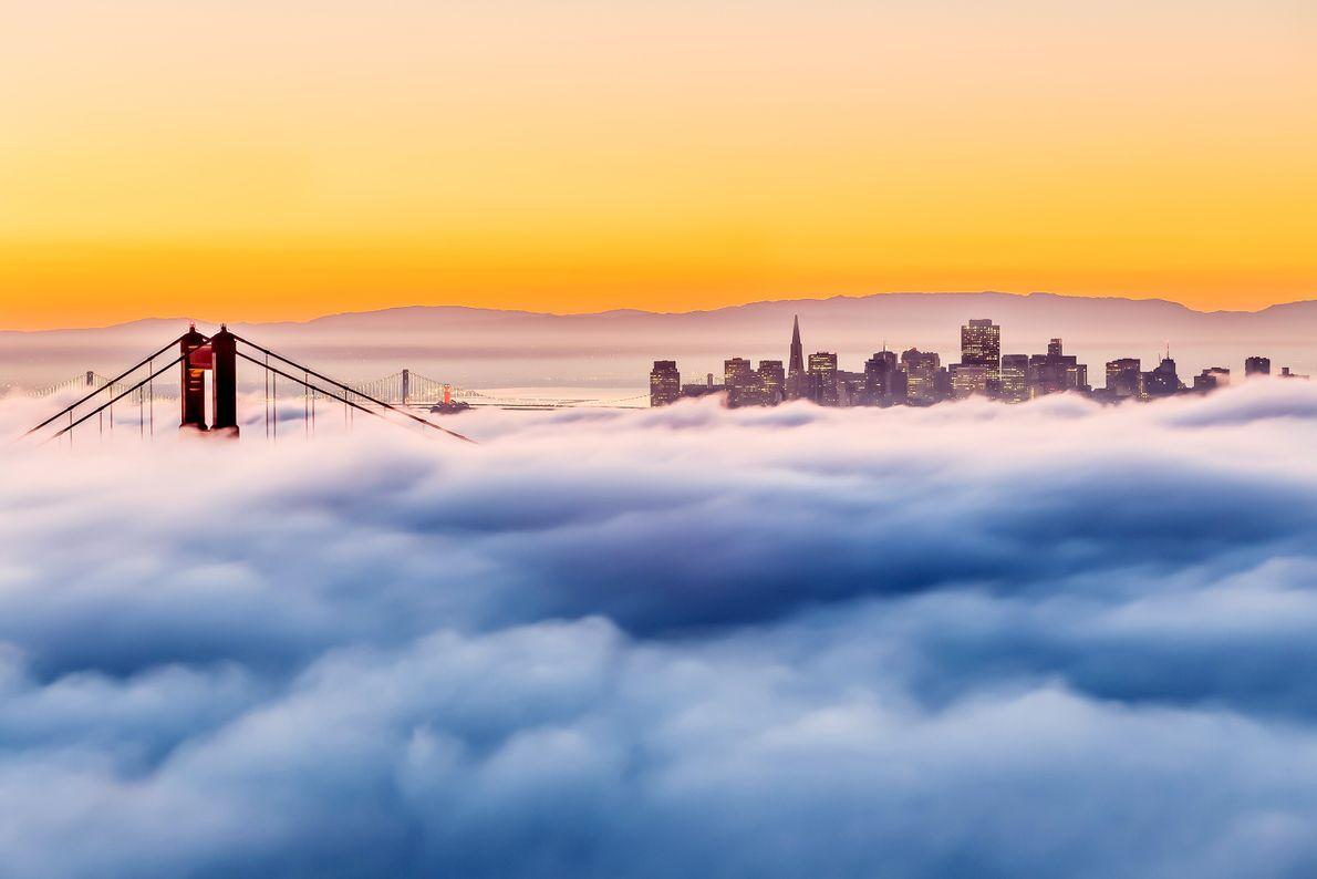 SAN FRANCISCO, KALIFORNIEN, USA Die Golden Gate Bridge ragt teilweise aus dem tief hängenden Morgennebel empor.