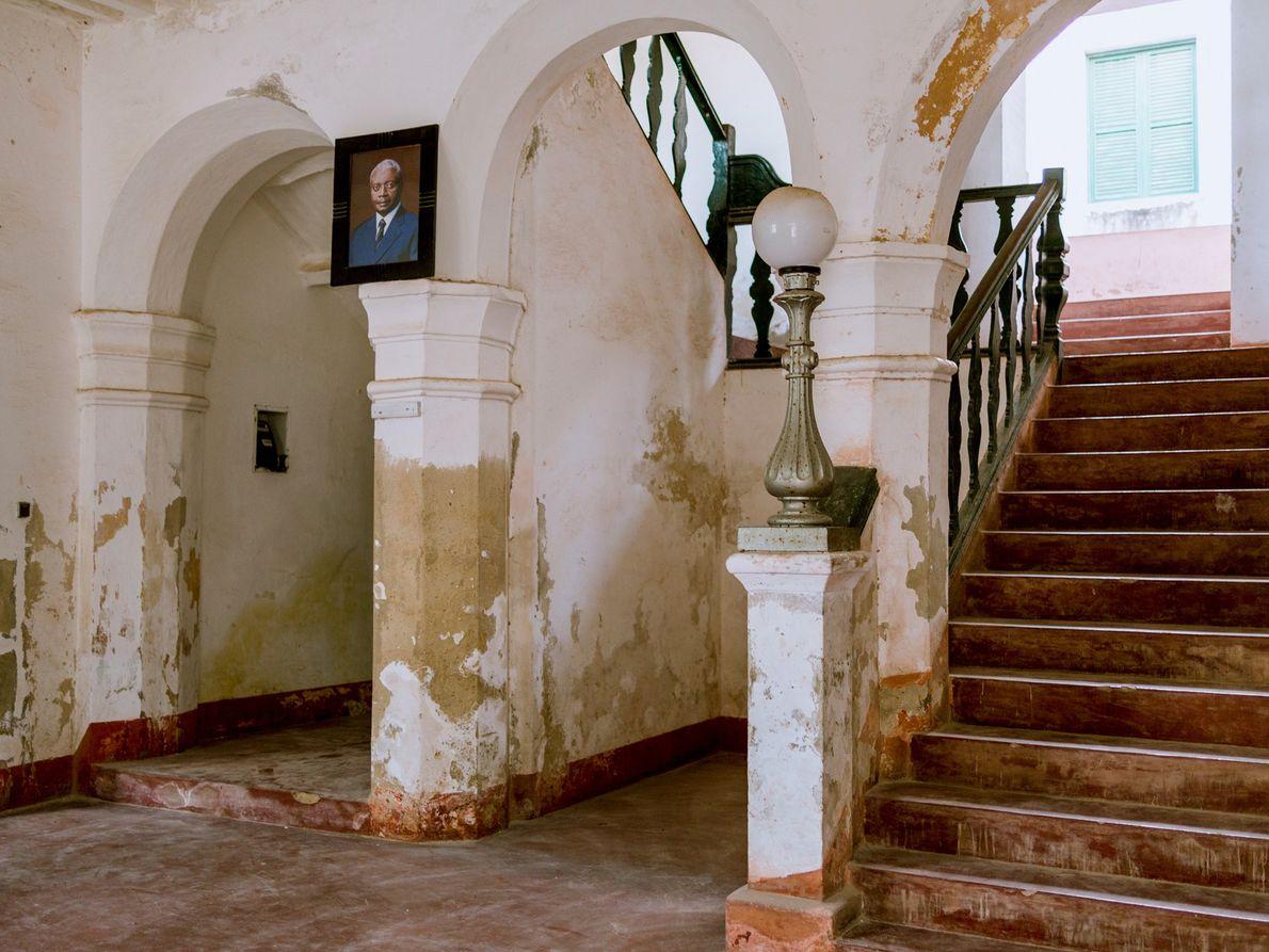 In einem Regierungsgebäude in Stone Town blättert im Eingangsbereich Farbe von den Wänden.