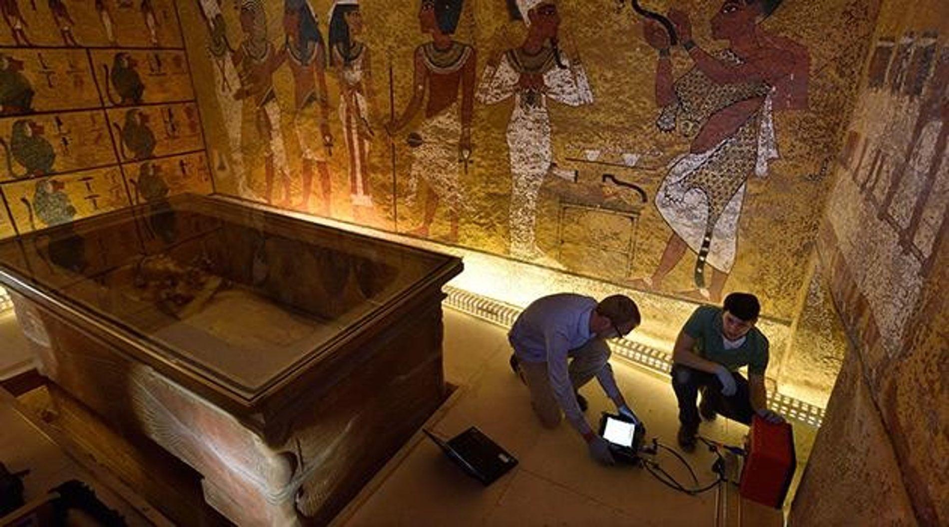 Eric Berkenpas und Alan Turchik haben sich vor den Sarkophag von Tutanchamun gehockt, um die Radarmessungen ...