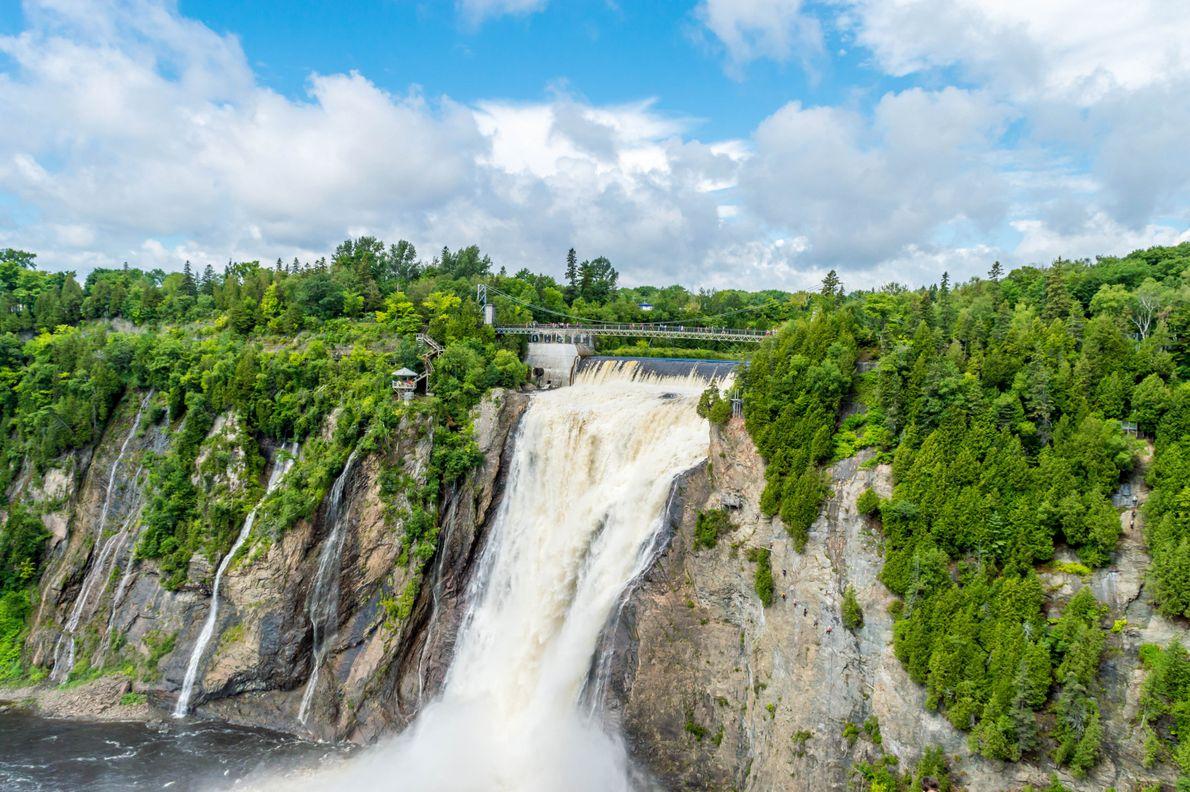 Die Montmorency Falls sind mit dem Auto nur ein paar Minuten von Stadtzentrum Québecs entfernt. Die ...