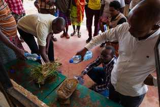 Mitarbeiter des Grevy's Zebra Trust demonstrieren im Rahmen eines Landmanagement-Trainings, dass Boden mit Vegetationsbewuchs und nackter ...