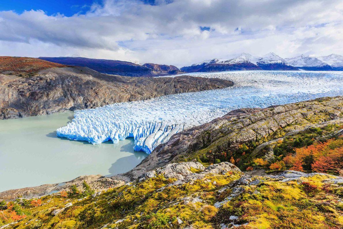 GRAUER GLETSCHER, CHILE Der Graue Gletscher ist einer der frostigen Finger des südpatagonischen Eisfelds im abgelegenen Nationalpark …