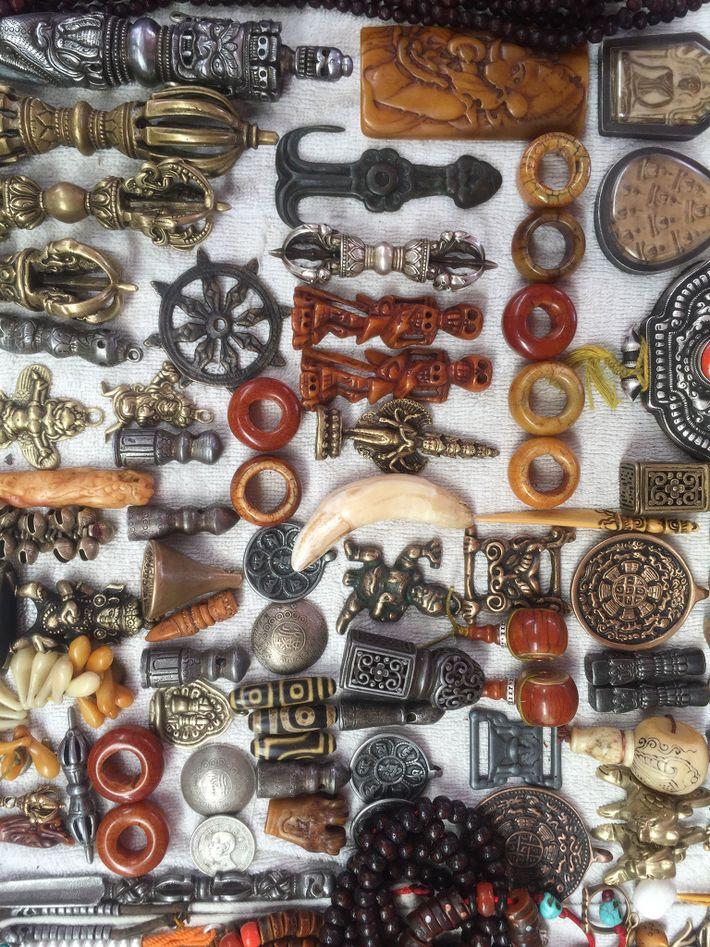 Ein angeblicher Tigerzahn (Mitte) wird neben anderen Produkten auf einem Markt in Peking zum Verkauf angeboten.