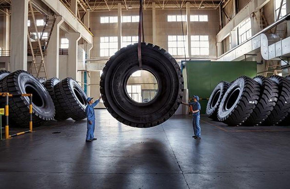 Drei Tonnen Kautschuk wurden für diesen Reifen einer Firma in Weihai verarbeitet.