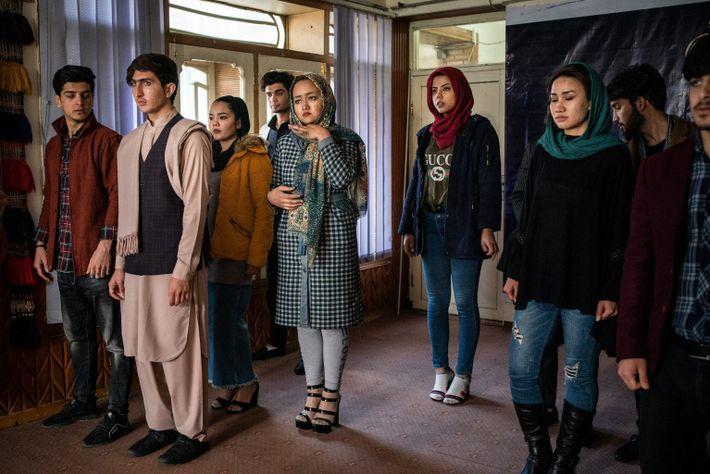 Junge Frauen und Männer lassen sich 2002 in Afghanistans erster Modelagentur zu Models ausbilden.